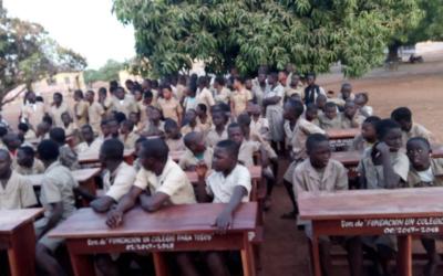 Suministro de pupitres en el instituto de secundaria CEG1 de Djougou.